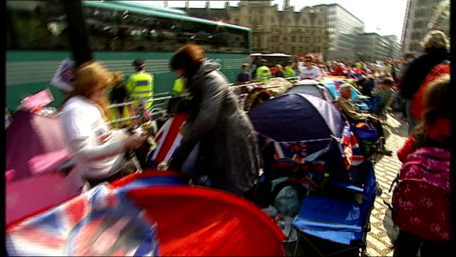 judicial review of preemptive arrests made before royal wedding sought; tents of people camping out to watch the royal wedding lining the pavement... - pavement点の映像素材/bロール