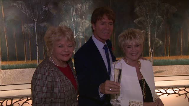 judith charmers, cliff richard, gloria hunniford at the lady taverners tribute lunch to sir cliff richard at dorchester hotel on november 09, 2012 in... - グロリア ハニフォード点の映像素材/bロール