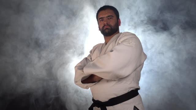 vidéos et rushes de chasseur de judokas regardant la caméra - karaté