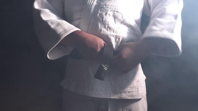 vídeos de stock, filmes e b-roll de judocas lutador faixa-preta subordinante - karate