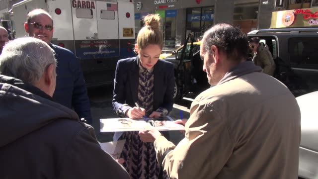 vídeos de stock, filmes e b-roll de judy greer arrives at the today show in rockefeller center signs for fans in celebrity sightings in new york - judy greer