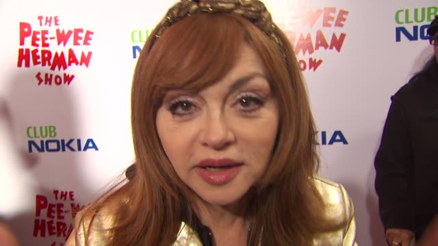 vídeos de stock, filmes e b-roll de judy tenuta jokes about peewee herman at the 'the peewee herman show' opening night at los angeles ca - espetáculos de variedade