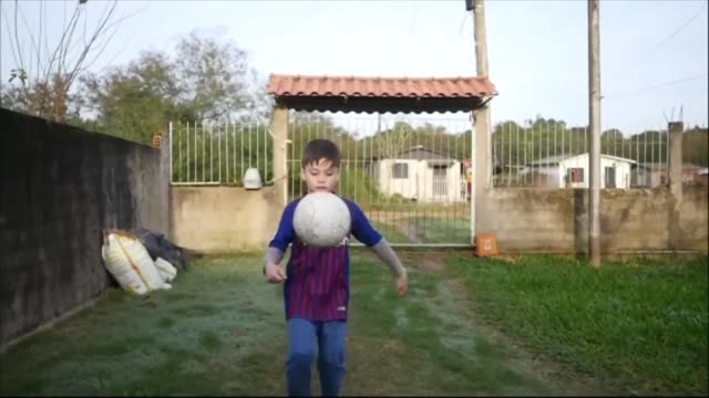 jugo al futbol desde antes de nacer segun su madre que no dudo en bautizar a su hijo con el nombre del idolo argentino - brasile meridionale video stock e b–roll