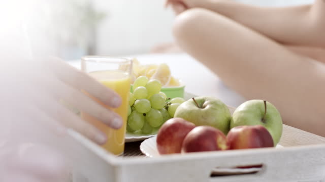 vídeos de stock e filmes b-roll de juice and fruit for breakfast - acordar