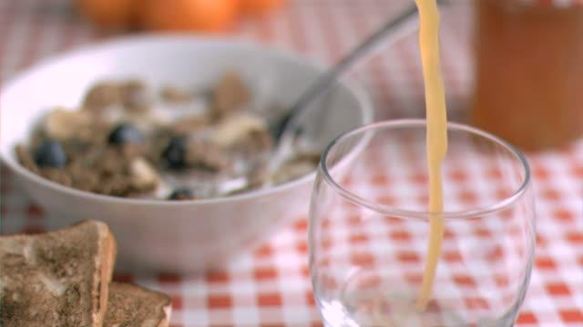 stockvideo's en b-roll-footage met juice flowing in super slow motion - tafelkleed