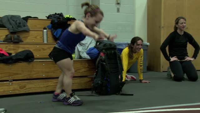 vídeos y material grabado en eventos de stock de juli windsor training for the boston marathon at indoor track - enano