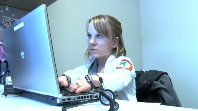 vídeos y material grabado en eventos de stock de juli windsor works on her laptop computer at her office - enano