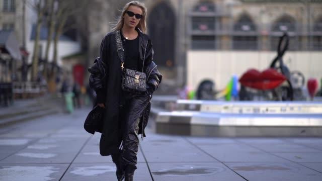 vídeos de stock e filmes b-roll de julia kuczynska maffashion outside off white during paris fashion week menswear fall winter 20182019 on january 17 2018 in paris france - cor creme
