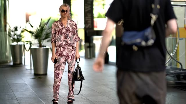 vídeos y material grabado en eventos de stock de julia kuczynska maffashion wears a floral print full outfit after the cdg comme des garcons show during paris fashion week menswear spring/summer... - diseño floral