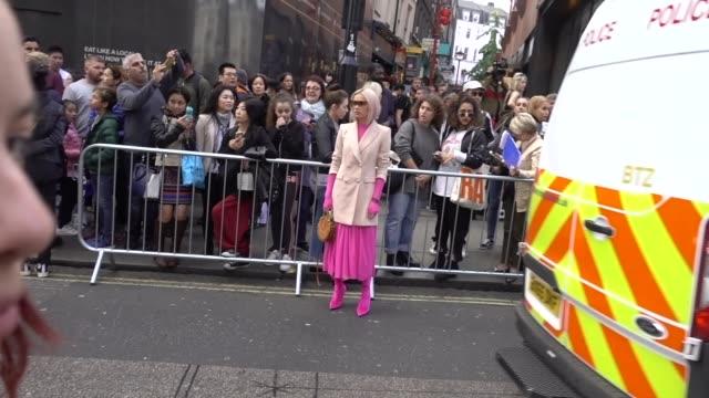 vidéos et rushes de julia kuczynska maffashion wears clear sunglasses a pink blazer jacket a pink top a pink skirt pink boots outside topshop during london fashion week... - semaine de la mode de londres