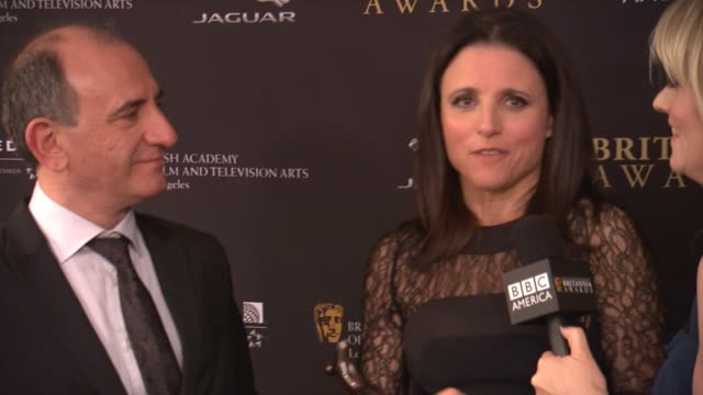 vídeos y material grabado en eventos de stock de interview julia louisdreyfus and armando iannucci at the 2014 bafta los angeles jaguar britannia awards presented by bbc america and united airlines... - armando iannucci