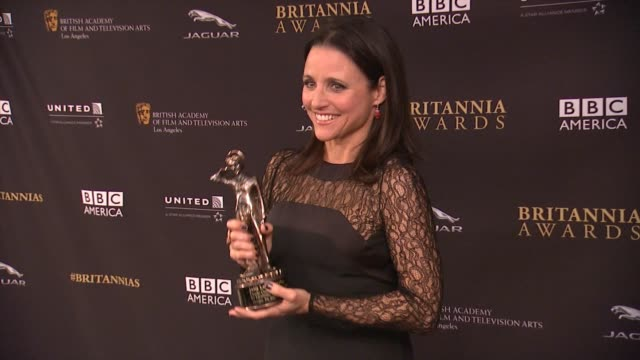 vídeos y material grabado en eventos de stock de julia louisdreyfus and armando iannucci at the 2014 bafta los angeles jaguar britannia awards presented by bbc america and united airlines in los... - armando iannucci