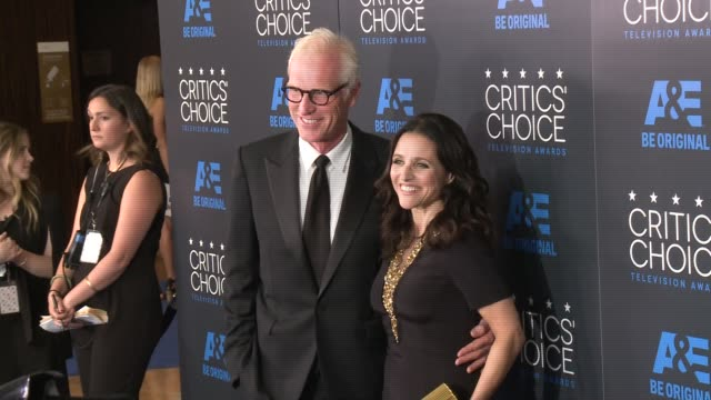 julia louis-dreyfus and brad hall at the 2015 critics' choice television awards at the beverly hilton hotel on may 31, 2015 in beverly hills,... - 放送テレビ批評家協会賞点の映像素材/bロール