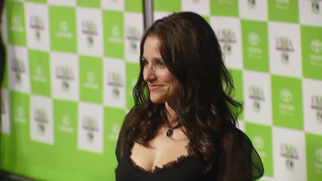 julia louisdreyfus at the 16th annual environmental media awards at ebell theater in los angeles california on november 8 2006 - environmental media awards点の映像素材/bロール