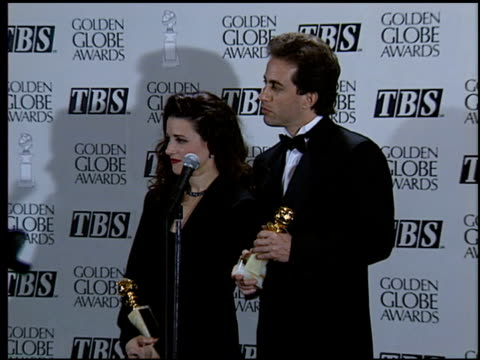 julia louisdreyfus at the 1994 golden globe awards at the beverly hilton in beverly hills california on january 22 1994 - 1994 bildbanksvideor och videomaterial från bakom kulisserna
