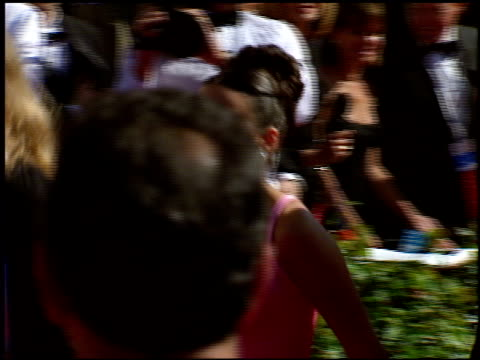 stockvideo's en b-roll-footage met julia louisdreyfus at the 1998 emmy awards at the shrine auditorium in los angeles california on september 13 1998 - 1998