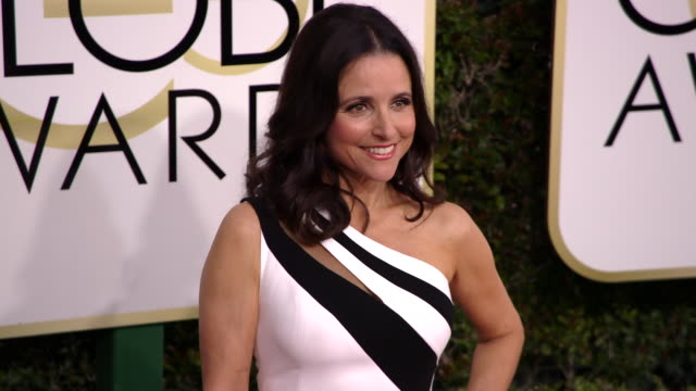 julia louisdreyfus at the 74th annual golden globe awards arrivals at the beverly hilton hotel on january 08 2017 in beverly hills california 4k - ビバリーヒルトンホテル点の映像素材/bロール