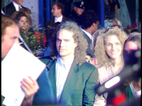 vídeos de stock, filmes e b-roll de julia roberts and jason patric walk together on the red carpet - julia roberts