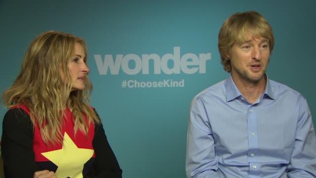 "julia roberts and owen wilson on their new film at the ""wonder"" junket on november 07, 2017 in london, england. - オーウェン・ウィルソン点の映像素材/bロール"
