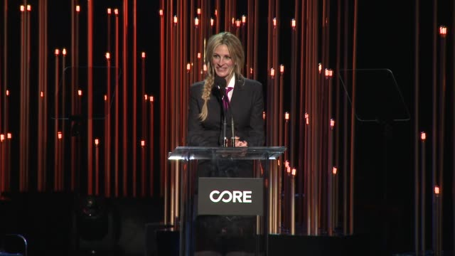 julia roberts at sean penn core gala: a gala dinner to benefit the organization formerly known as j/p hro and their life-saving work at wiltern... - ショーン・ペン点の映像素材/bロール