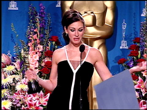 vídeos de stock e filmes b-roll de julia roberts at the 2001 academy awards at the shrine auditorium in los angeles california on march 25 2001 - cerimónia dos óscares