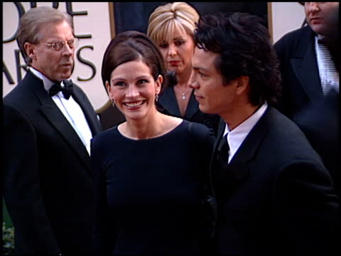 julia roberts at the 2001 golden globe awards at the beverly hilton in beverly hills, california on january 21, 2001. - golden globe awards stock videos & royalty-free footage