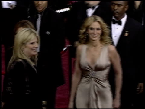 julia roberts at the 2004 academy awards arrivals at the kodak theatre in hollywood california on february 29 2004 - 2004 stock-videos und b-roll-filmmaterial