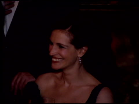 vídeos de stock, filmes e b-roll de julia roberts at the 2005 academy awards ballroom at the kodak theatre in hollywood california on february 27 2005 - julia roberts
