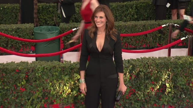 vídeos de stock, filmes e b-roll de julia roberts at the 21st annual screen actors guild awards - arrivals at the shrine auditorium on january 25, 2015 in los angeles, california. - julia roberts