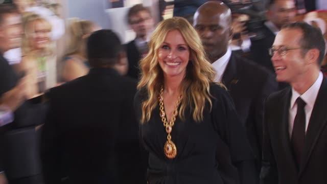 vídeos de stock, filmes e b-roll de julia roberts at the 67th annual golden globe awards arrivals part 1 at beverly hills ca - julia roberts