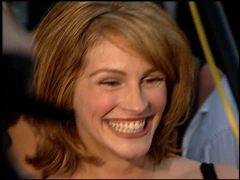 vídeos de stock, filmes e b-roll de julia roberts at the 'conspiracy theory' premiere at the mann village theatre in westwood, california on august 4, 1997. - julia roberts