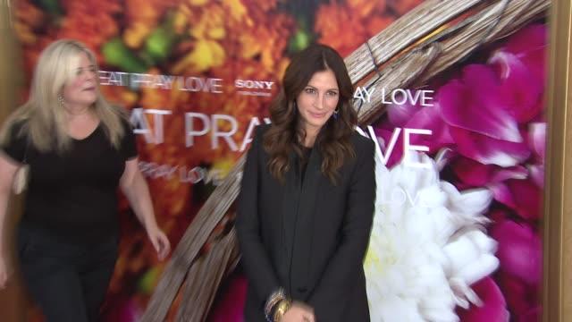 vídeos de stock, filmes e b-roll de julia roberts at the 'eat pray love' new york premiere at new york ny - julia roberts