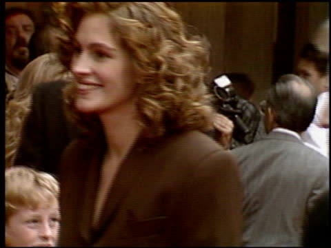 vídeos de stock, filmes e b-roll de julia roberts at the 'hook' premiere at century plaza in century city, california on january 1, 1992. - julia roberts