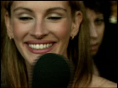 julia roberts at the 'runaway bride' premiere on july 25 1999 - runaway stock videos & royalty-free footage
