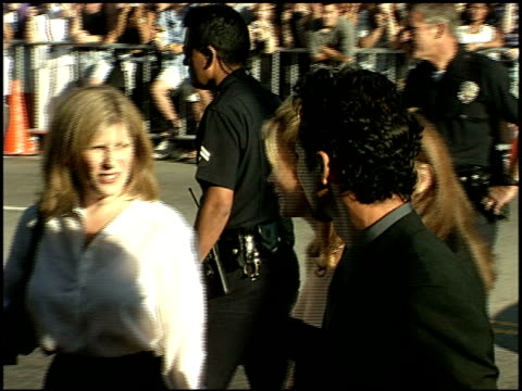 vidéos et rushes de julia roberts at the 'runaway bride' premiere on july 25 1999 - 1990 1999
