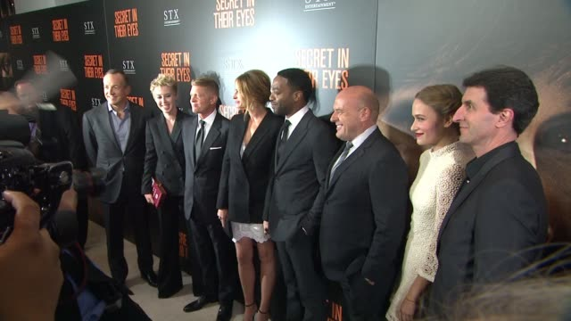 vídeos de stock, filmes e b-roll de julia roberts chiwetel ejiofor dean norris zoe graham and billy ray at secret in their eyes los angeles premiere at hammer museum on november 11 2015... - julia roberts