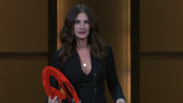 vídeos de stock, filmes e b-roll de julia roberts gives her advice for young woman at the glamour magazine honors the 2010 women of the year - inside show at new york ny. - julia roberts