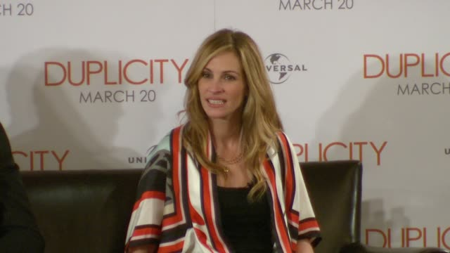 vídeos de stock, filmes e b-roll de julia roberts on how fortunate she is that after 20 years since pretty woman she's still working with such great people. at the duplicity press... - julia roberts
