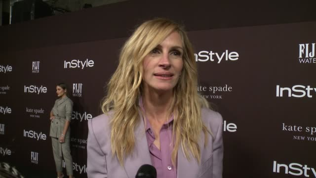 vídeos de stock, filmes e b-roll de julia roberts on what it means to receive this award from instyle, the importance of a glam squad and talks about wearing the same outfit as her... - julia roberts