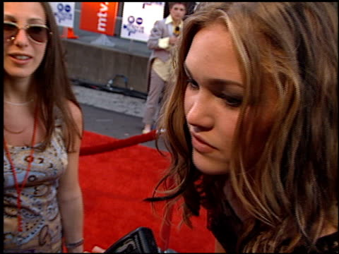 julia stiles at the 2000 mtv movie awards at sony studios in culver city california on june 3 2000 - julia stiles stock videos and b-roll footage