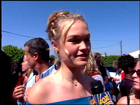 julia stiles at the 2001 teen choice awards arrivals at universal amphitheatre in universal city california on august 12 2001 - julia stiles stock videos and b-roll footage