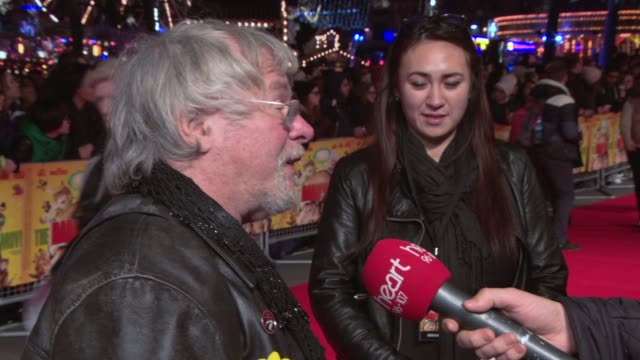 vidéos et rushes de broll julian barratt bill oddie abu the hamster steve bendelack at 'the harry hill movie' uk film premiere at vue west end on december 19 2013 in... - bill oddie