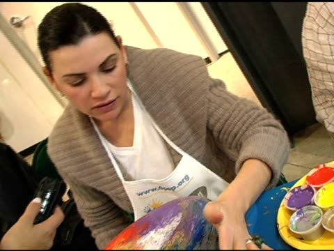 julianna margulies at the gibson guitar 'paint for pep' charity event at gibson baldwin showroom in beverly hills california on december 4 2004 - julianna margulies stock videos and b-roll footage