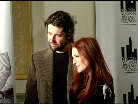 julianne moore and bart freundlich at the 25th annual muse awards for outstanding vision and achievement at the hilton hotel in new york, new york on... - ジュリアン・ムーア点の映像素材/bロール