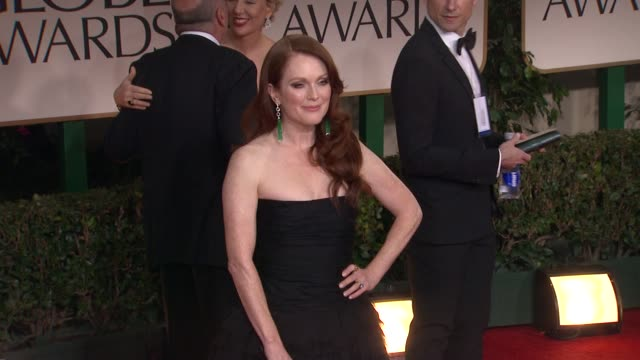 julianne moore at 69th annual golden globe awards - arrivals on january 15, 2012 in beverly hills, california - ジュリアン・ムーア点の映像素材/bロール