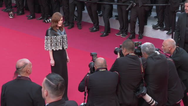 julianne moore at 'les miserables' red carpet arrivals the 72nd cannes film festival on may 15 2019 in cannes france - festival internazionale del cinema di cannes video stock e b–roll