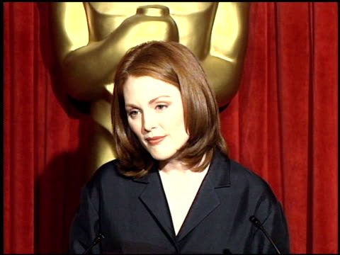 julianne moore at the 1998 academy awards luncheon at the beverly hilton in beverly hills, california on march 9, 1998. - ジュリアン・ムーア点の映像素材/bロール