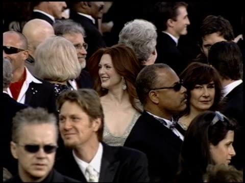 vidéos et rushes de julianne moore at the 2004 academy awards arrivals at the kodak theatre in hollywood, california on february 29, 2004. - 76e cérémonie des oscars