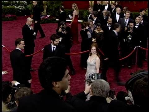 julianne moore at the 2004 academy awards arrivals at the kodak theatre in hollywood, california on february 29, 2004. - ジュリアン・ムーア点の映像素材/bロール