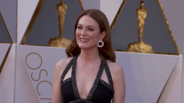 julianne moore at the 88th annual academy awards - arrivals at hollywood & highland center on february 28, 2016 in hollywood, california. 4k... - ジュリアン・ムーア点の映像素材/bロール